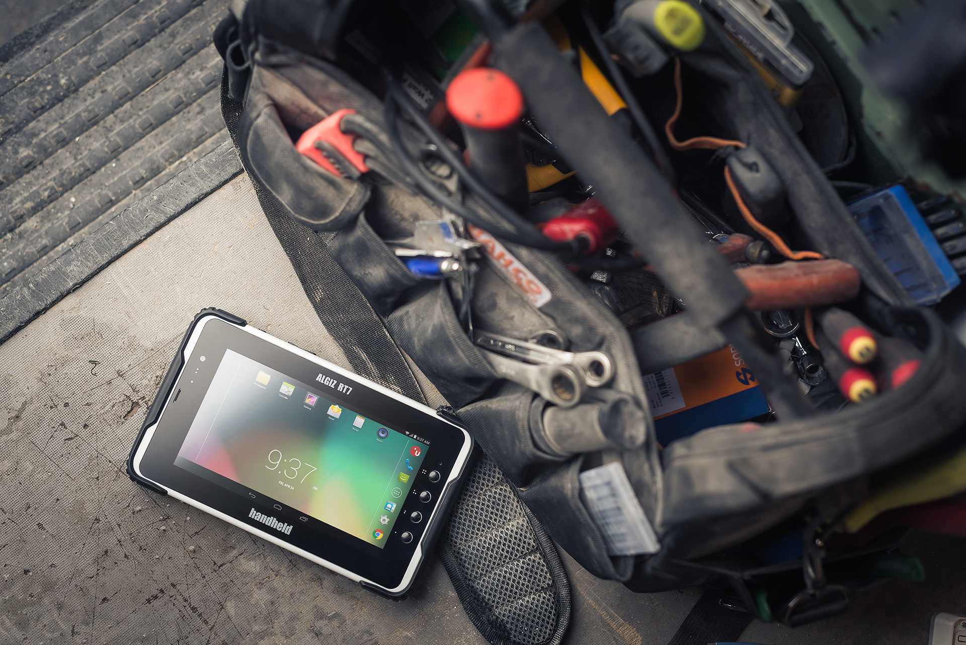 ALGIZ-RT7-rugged-Android-tablet-utilities-field service.jpg