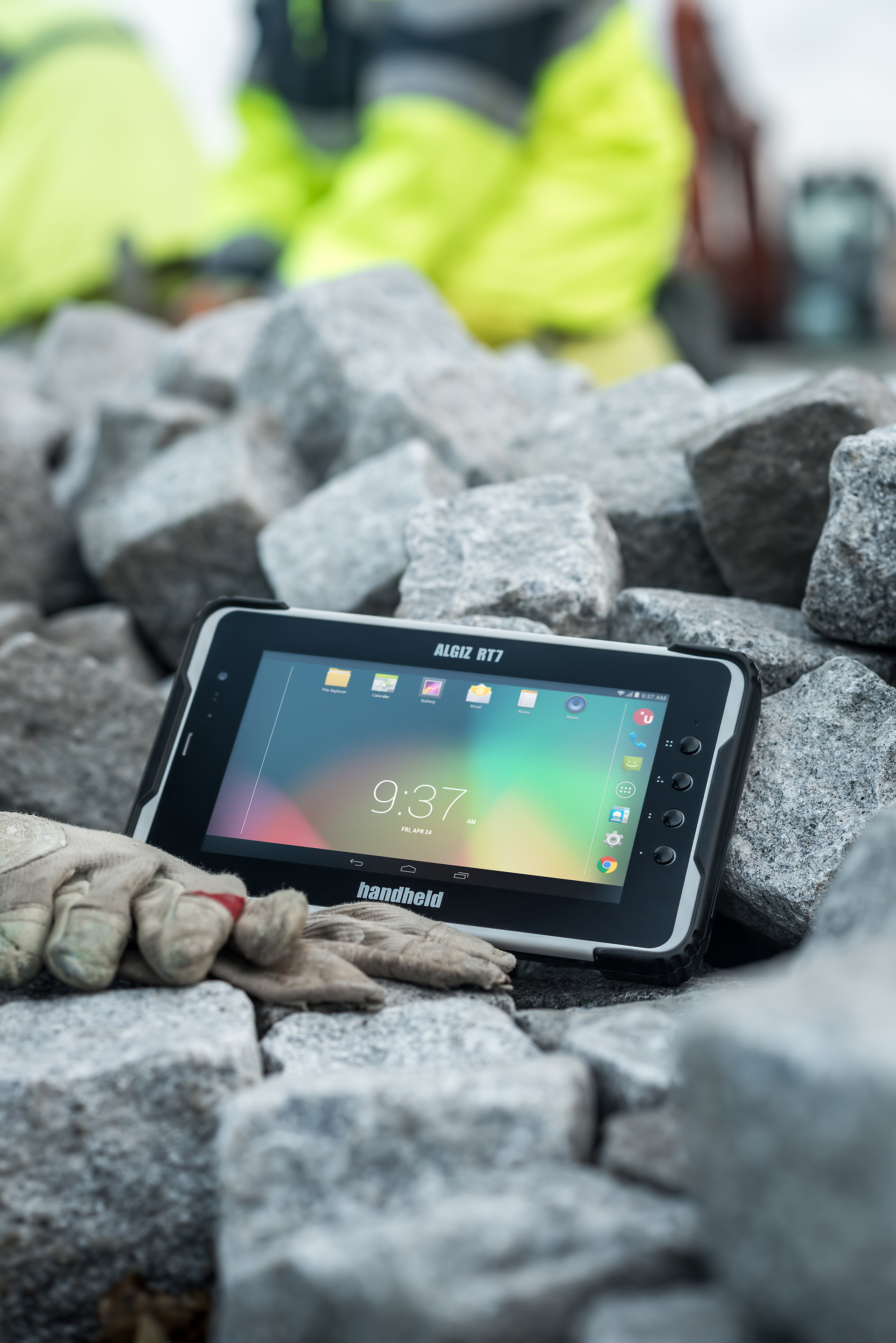 ALGIZ-RT7-rugged-tablet-Android-outdoors.jpg
